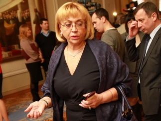 Александра Кужель носит шарф за 15 тысяч гривен