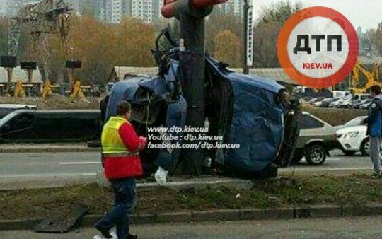 Жуткое ДТП в Киеве на Саперно-Слободской: ВАЗ уничтожился о столб