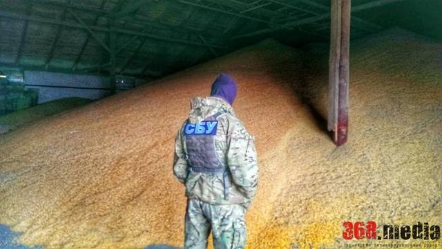 Чиновники отдали бизнесменам более миллиона гривен, но не получили зерно