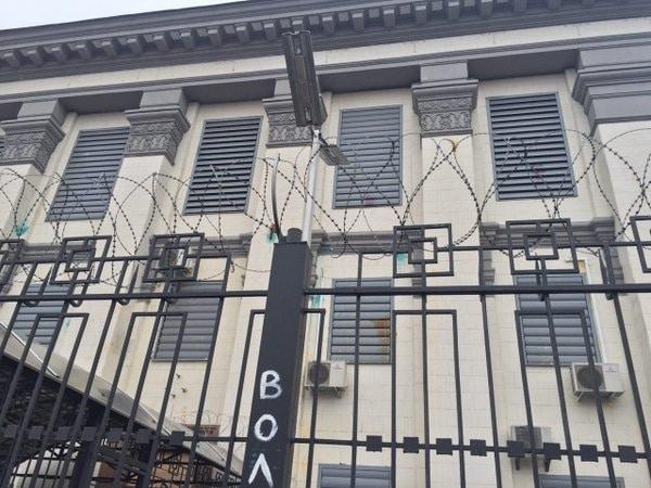 В Киеве посольство России забросали йодом и яйцами