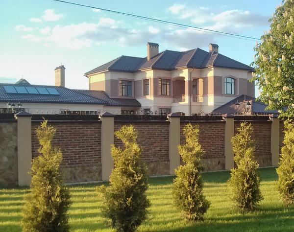 Дружина заступника начальника львівської податкової збудувала шокуюче розкішний маєток під Львовом