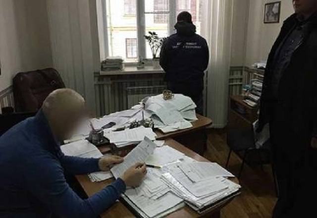 Жадный проректор согласился за взятку пристроить студента с фальшивыми документами