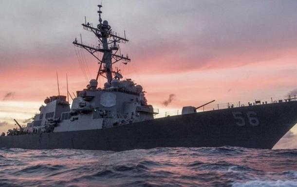 Эсминец ВМС США столкнулся с торговым судном у берегов Сингапура