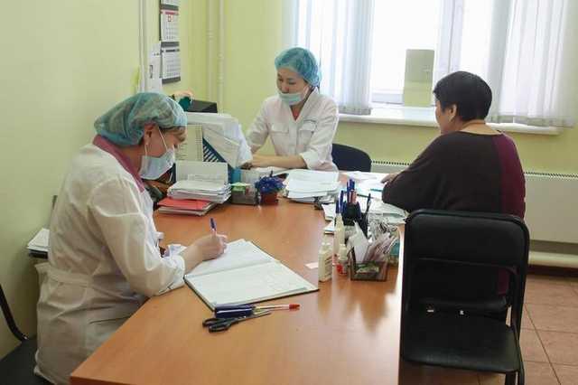 Главврач якутской больницы попытался уволить рассказавших о взятках врачей