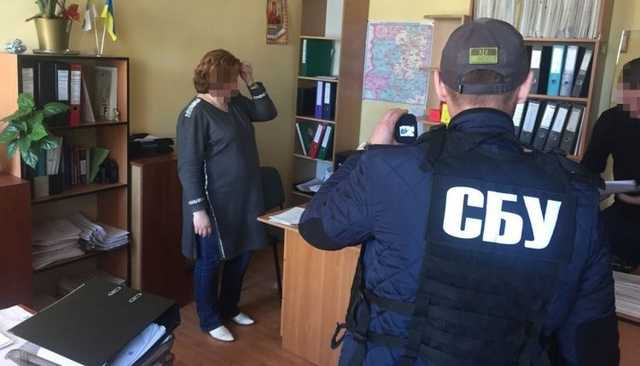 В Киеве чиновницу налоговой инспекции задержали при получении взятки