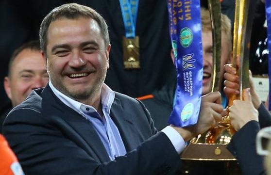 Депутат от БПП, глава ФФУ Андрей Павелко дал поиграться Кубком Лиги чемпионов своей дочери
